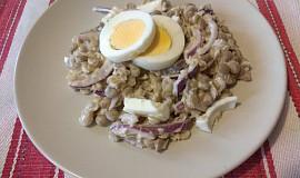 Čočkový salát s vejci a cibulí