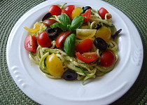 Salát z cuketových nudlí s rajčátky a pestem