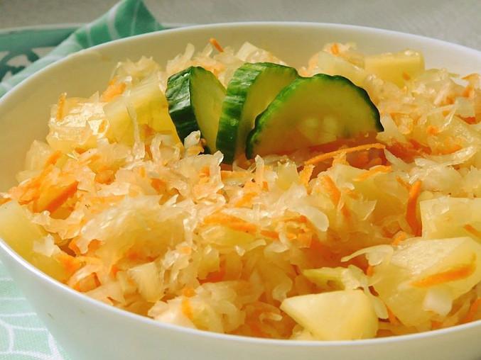 Salát z kysaného zelí a ananasu