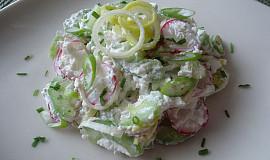 Salát z okurky a ředkviček s tvarohem