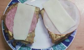 Vaječný chléb se salámem a sýrem