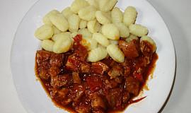 Bůčkový pikantní guláš s gnocchi