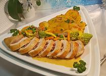 Kuřecí závitek, máslová zelenina a smažené dukátky