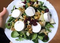 Salát s kozím sýrem, kuskusem a brusinkami