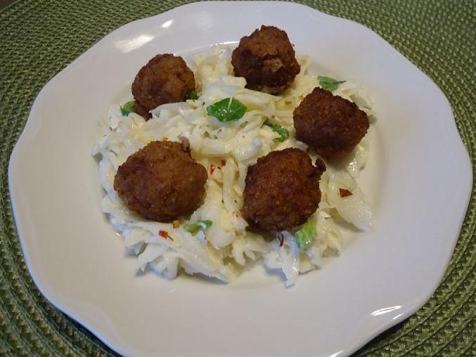 Salát z bílého zelí s masovými kuličkami