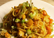 Špagety se zeleninou a kuřecím masem