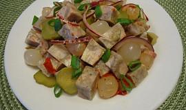 Tlačenkový salát s perlovými cibulkami