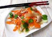 Kedlubnovo-mrkvový salát s kuřecím  masem