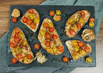 Pan con Tomate, čili konfitovaný česnek s pečenými rajčaty