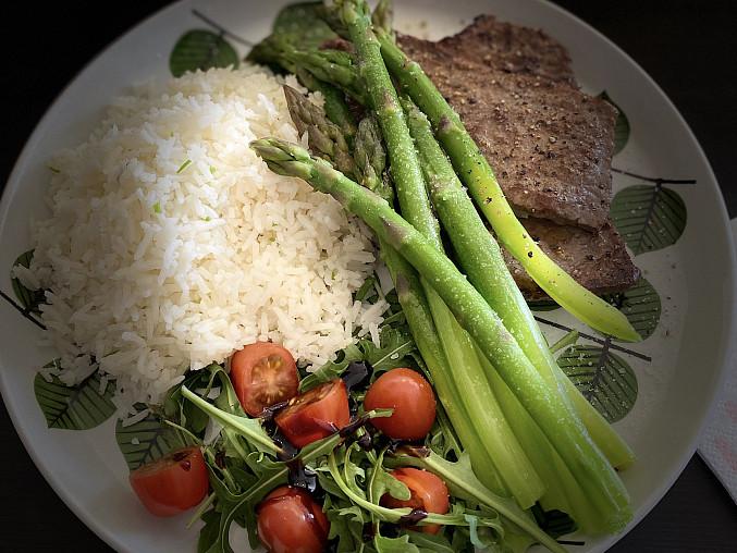Zelený chřest s rýží a hovězím steakem.
