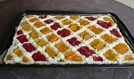 Piškot s krémem a ovocem