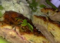 Telecí plátky,potřené pikantním těstíčkem ze sýrů, zeleniny, bylinek a slaniny