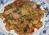 Paella se šafránem, kuřecím masem a plody moře