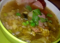 Polévka s  uzeným masem, kroupami a s několika druhy zeleniny