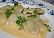 Těstovinové taštičky s rybí náplní a holandskou omáčkou