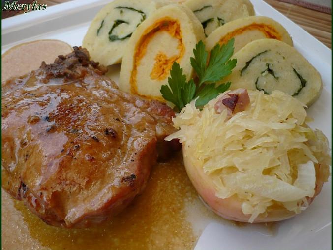 Staročeské vepřové žebírko s plněným jablkem a bramborovou roládou