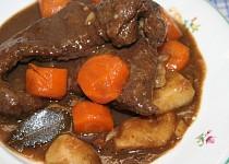 Hovězí maso na špeku a kořenové zelenině