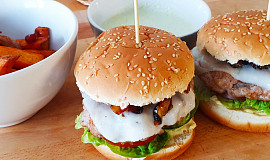 Hamburger s kozím sýrem a karamelizovanou cibulkou, batátové hranolky s avokádovým dipem