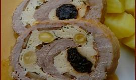 Vepřová roláda s kuřecím masem, mandlemi a sušenými švestkami