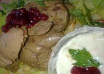 Králičí játra na divoko se dvěmi druhy dipů a se zeleninovým salátem