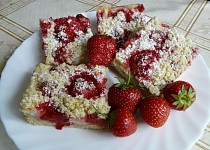 Drobenkový koláč s pudinkem a jahodami