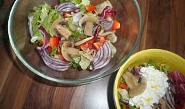 Zeleninový salát se žampiony, bylinkami a balsamicem