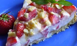 Jahodový koláč s oříšky a karamelem