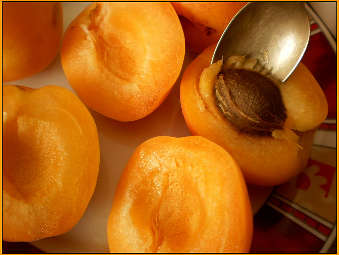 meruňky rozpůlíme a nejlépe lžičkou odstraníme pecku