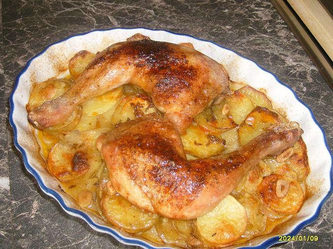 Kuřecí čtvrtky pečené na bramborách