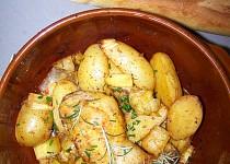 Kuřecí stehna na pórku s pečenými brambory a uzenou paprikou