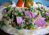 Vařené uzené s česnekovou kaší a pikantní okurkou