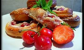 Jahodovo-třešňové koláče s kysanou smetanou