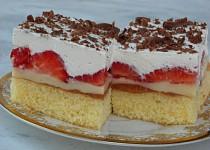 Jahodový koláč s pudingem a šlehačkou