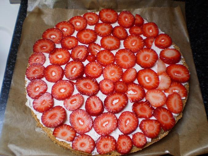 Jahodový dortík, pomažem šlehačou a pokladem nakrájené jahody