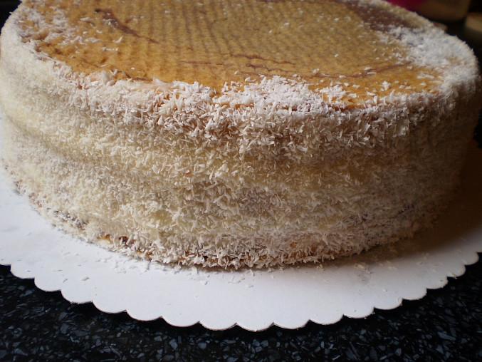 Jahodový dortík, pomažeme strany krémem a posypeme kokosem