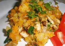 Kořeněné brambory s mrkví a kuř. masem