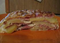 Zapečené brambory se sýrem, pórkem, šunkou a krkovičkou
