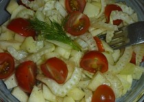 Fenyklový salát s jablkem a rajčátky
