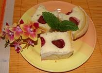 Jahodový koláč se zakysanou smetanou a meduňkou