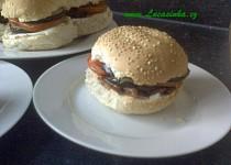 Hamburger s lilkem, rajčaty a sýrem