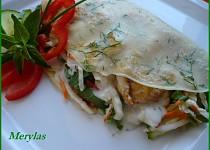 Zeleninový salát s kuřecím masem v palačinkách