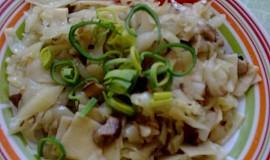 Těstoviny s houbami a s hlávkovým zelím