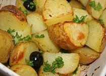 Středomořské brambory se šalvějí a černými olivami