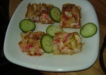 Sýrový rychlý koláč ala pizza s krabími tyčinkami , sýrem  a zeleninou