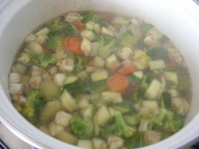 Brokolicovo-cuketová polévka s prosciuttem