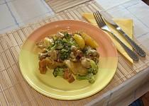 Zapečené kuřecí maso s brambory a brokolicí