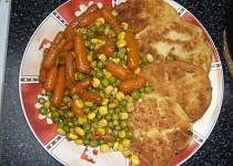Bramborové karbanátky s dušenou zeleninou