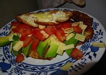 Omeleta s rajčetem a avokádem