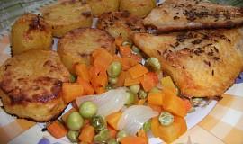 Pangasius s pečenými brambory a dušenou zeleninou na jednom plechu