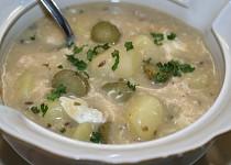 Bramborová polévka s nakládanými okurkami
